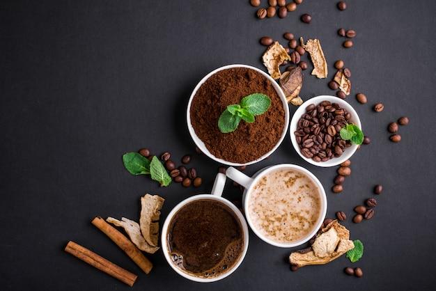 Pilz chaga kaffee superfood trend-trockene und frische pilze und kaffeebohnen auf dunklem hintergrund mit minze. kaffeepause