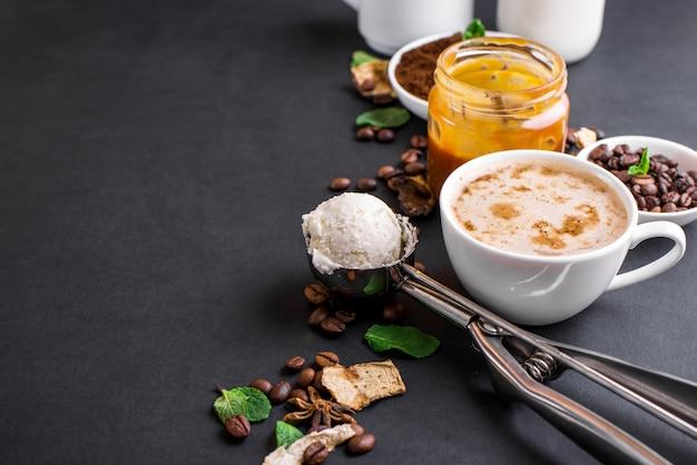 Pilz chaga kaffee superfood trend-trockene und frische pilze und kaffeebohnen auf dunklem hintergrund mit minze.