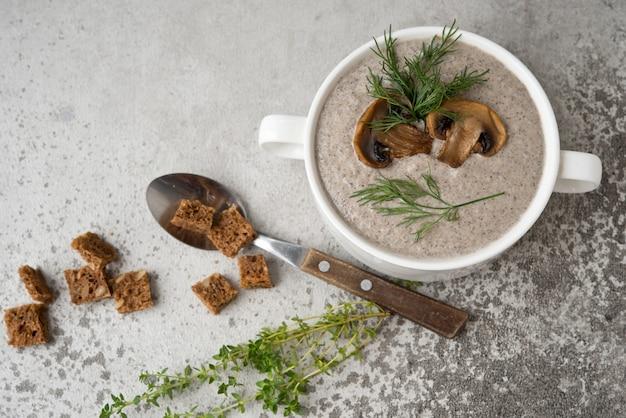 Pilz champignons sahnesuppe in einem weißen teller