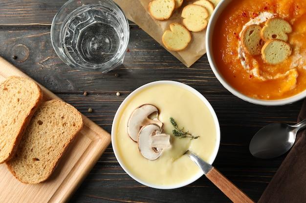 Pilz-kürbis-cremesuppen auf hölzerner draufsicht