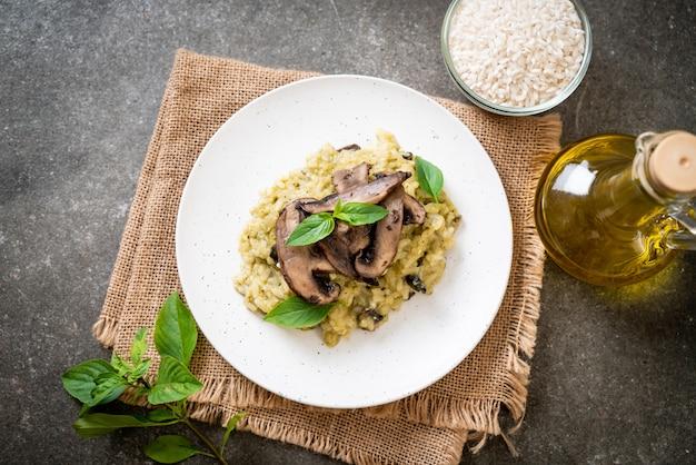Pilz-risotto mit pesto und käse