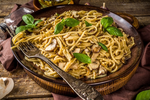 Pilz-spaghetti-nudeln mit cremiger bechamelsauce