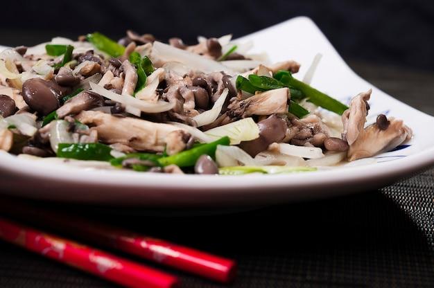Pilz-und gemüse-japanischer lebensmittelteller, shimeji-teller, asiatisches lebensmittel, organische natürliche meeresfrüchte