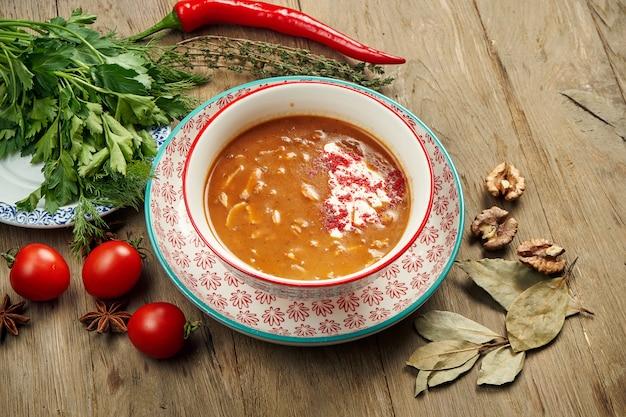 Pilzcremesuppe mit champignons, garniert mit crutons in weißer schüssel auf einem holztisch. gesunde ernährung. draufsicht essen