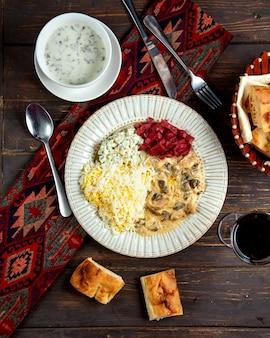 Pilze im soßenreis und im russischen salat