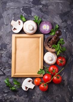 Pilze, tomaten, zwiebeln und rahmen für text