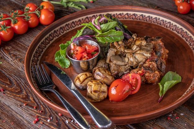 Pilzgarnitur mit gemüse- und tomatensalsa, vegetarischem essen, restaurantgericht, nahaufnahme, horizontale ausrichtung