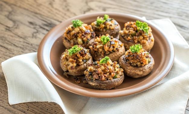 Pilzkappen gefüllt mit einer mischung aus käse, zwiebeln, semmelbröseln und butter