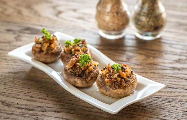 Pilzkappen gefüllt mit einer mischung aus käse, zwiebeln und semmelbröseln