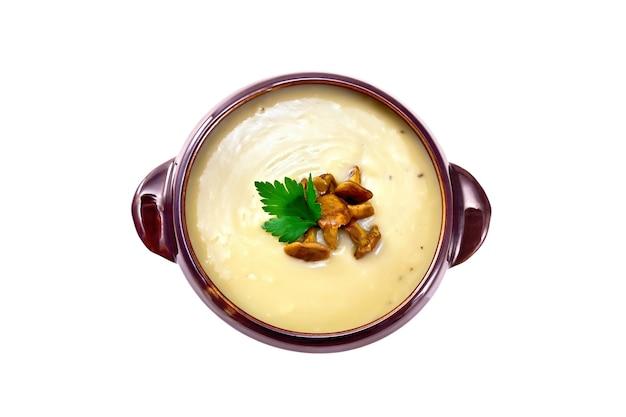 Pilzpüreesuppe mit pfifferlingen in einer tonschale lokalisiert auf weißem hintergrund von oben