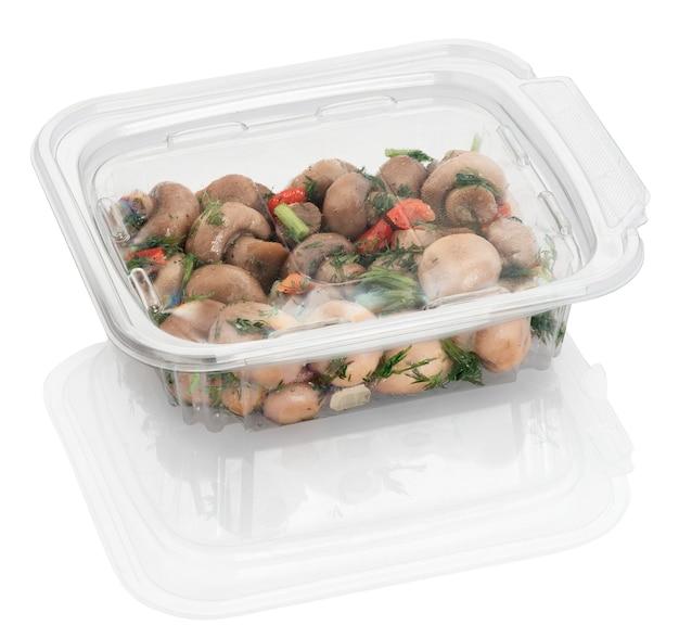 Pilzsalat in einem einweg-plastikbehälter lokalisiert auf weiß mit beschneidungspfaden