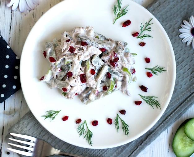 Pilzsalat mit getrockneten beeren