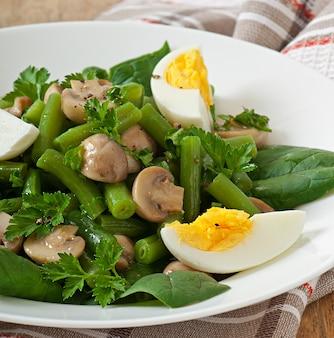 Pilzsalat mit grünen bohnen und eiern