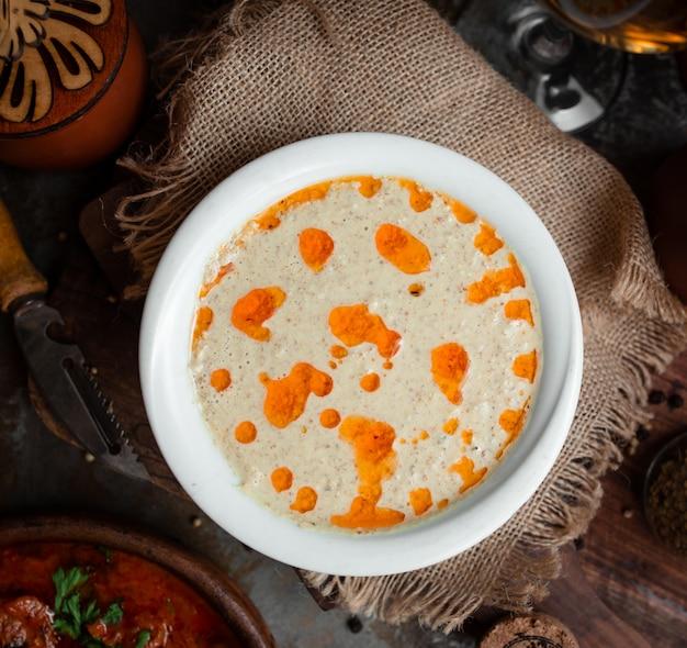 Pilzsuppe auf dem tisch