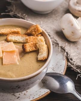Pilzsuppe mit toast und käse. nahansicht