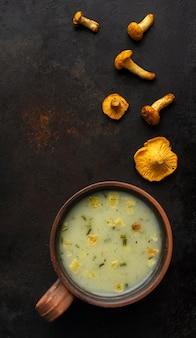 Pilzsuppe und kleine pilzstücke