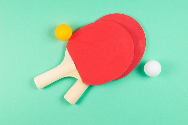 Pin pong auf einem grünen hintergrund.