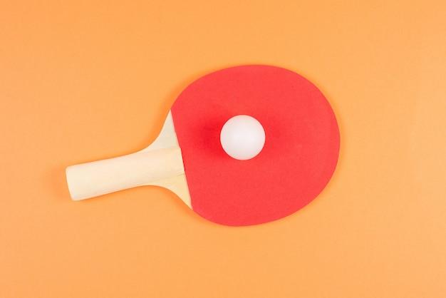 Pin pong auf einem orangefarbenen hintergrund.
