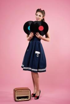 Pin up frau mit vintage vinyls isoliert