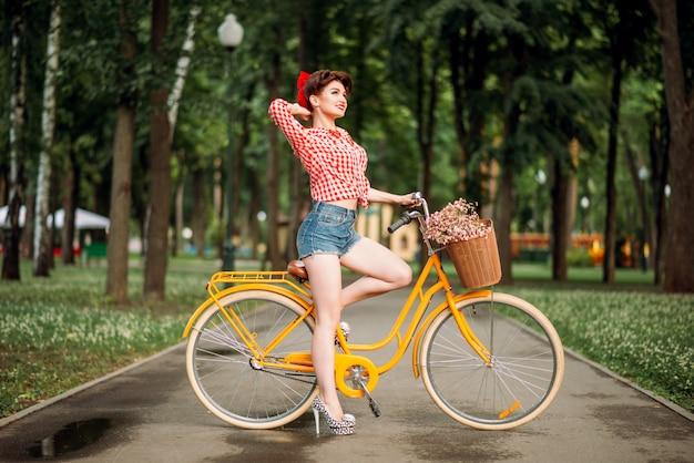 Pin-up-girl auf fahrrad, vintage amerikanische mode