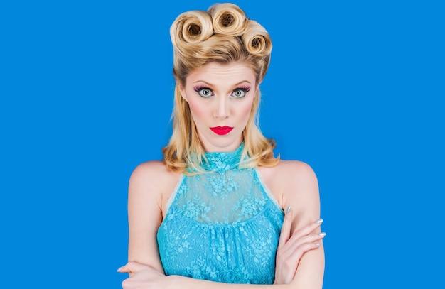 Pin-up-girl mit trendigem make-up. retro-frau mit vintage-make-up und frisur.