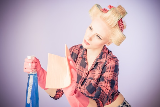 Pin-up-mädchen jahrgang. schönes frauenporträt im pinup-stil im retro-kleid und reinigungskonzept