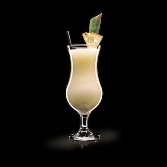Pina colada - beliebtes getränk auf einer schwarzen oberfläche