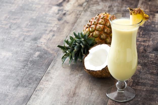 Piña colada cocktail auf holz