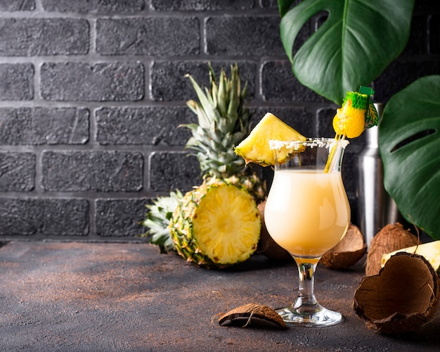 Pina colada. traditionelles karibisches cocktail