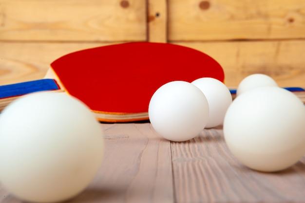 Ping-pong-ausrüstung auf holztisch hautnah
