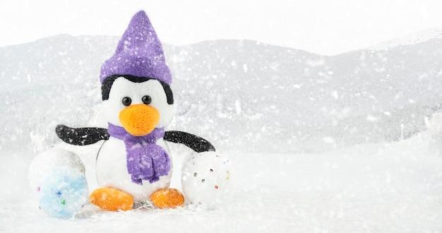 Pinguin auf einem blauen hintergrund mit kopienraum. weihnachtshintergrund. banner.