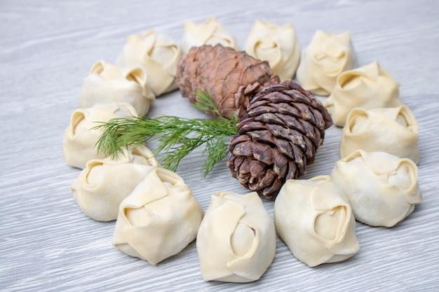 Pinienkerne mit manti herum, asiatisches lebensmittel