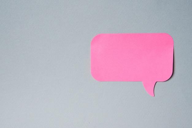 Pink label benachrichtigungsaufkleber auf grau