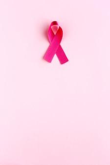 Pink ribbon auf einem farbigen. krebs