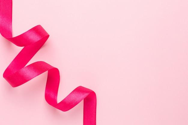 Pinkfarbene farbe des geschenkbandes auf rosa