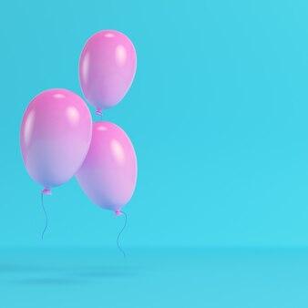 Pinkl ballons auf hellblauem hintergrund