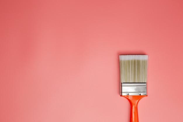 Pinsel auf pastellrosa hintergrund, draufsicht, kopierraum