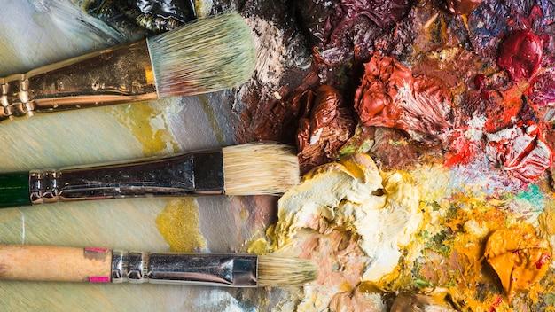 Pinsel, die auf palette liegen