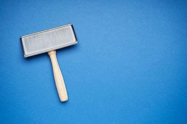 Pinsel für hunde auf blauem hintergrund, platz für text. pflegebürste, flach.