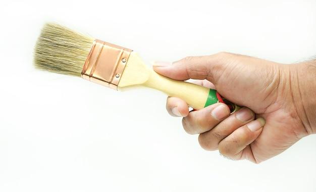 Pinsel in den händen eines mannes auf weißem hintergrund