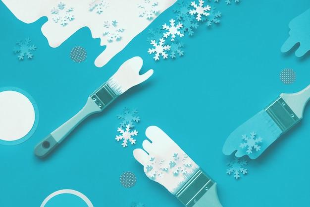 Pinsel mit farbe aus papier schneeflocken geladen, flach auf papier handwerk hintergrund gelegt