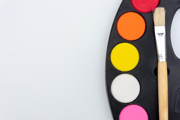 Pinsel-palette und aquarellfarben