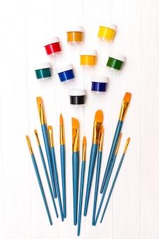 Pinsel und farbe draufsicht
