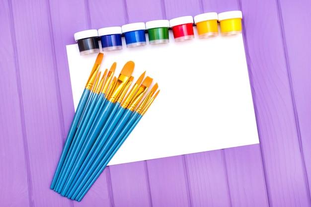 Pinsel und farbe.