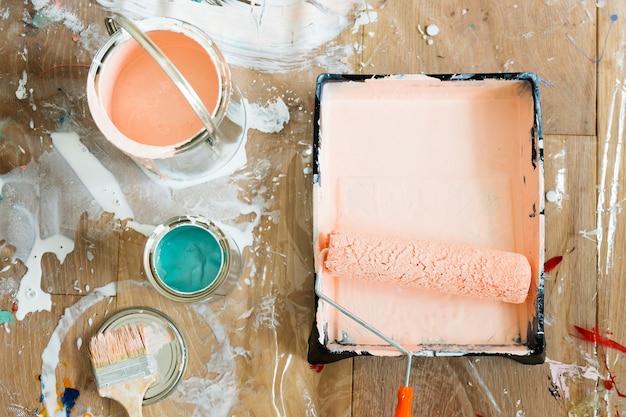 Pinsel und farben auf holzfußboden