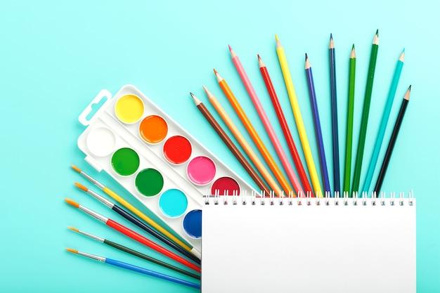 Pinsel und farben mit schulmaterial