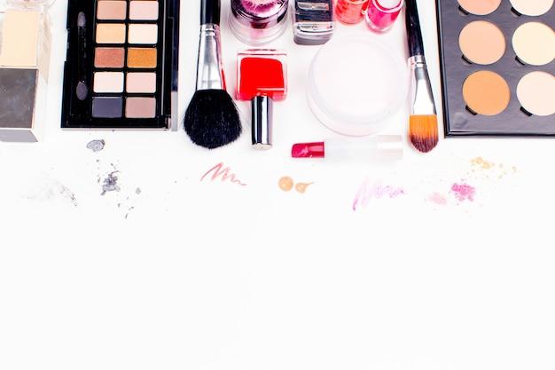 Pinsel und kosmetik getrennt auf weiß