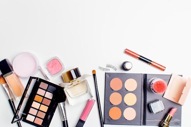 Pinsel und kosmetik isoliert