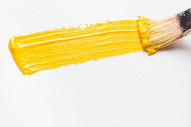 Pinsel und pinselstrich mit gelber farbe