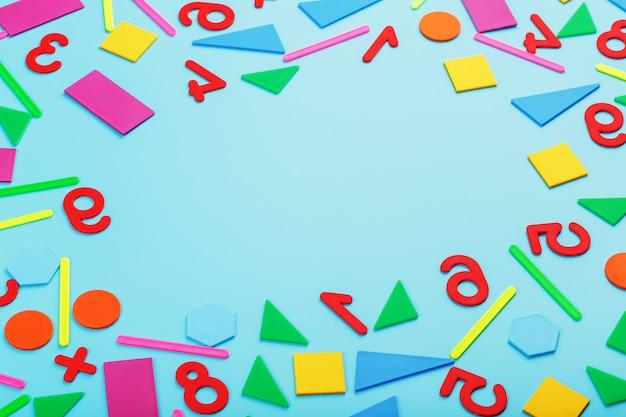 Pinsel verschiedener farben für zeichnung, kreativität und kunst auf blauem hintergrund.